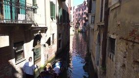 europejczycy Włochy Wenecja Wrzesień 2018 Gondola unosi się na kanale w Wenecja zbiory wideo