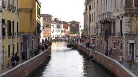 europejczycy Włochy Wenecja Wrzesień 2018 Piękny Wenecki kanał i most nad nim w wieczór zbiory wideo