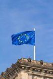 Europejczyk flaga na Reichstag buduje Berlin Zdjęcia Stock
