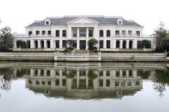 Europejczyka stylu dom obok rzeki Obrazy Royalty Free
