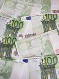 europejscy banknoty 100 euro niezorganizowani obrazy royalty free
