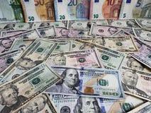 Europejscy banknoty i Amerykańscy dolary rachunków różni wyznania zdjęcie stock