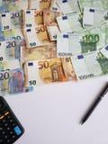 europejscy banknoty różni wyznania, kalkulator, czarny pióro i biała księga, zdjęcie stock