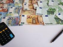 europejscy banknoty różni wyznania, kalkulator, czarny pióro i biała księga, fotografia stock