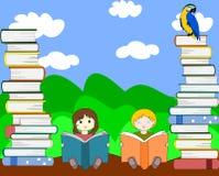 Europejscy dzieci siedzą wśród stosów książki i czytanie Fotografia Stock