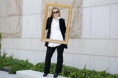 Europejska młoda piękna biznesowa kobieta w ciemnych szkłach. Obraz Stock