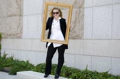 Europejska młoda piękna biznesowa kobieta w ciemnych szkłach. Zdjęcia Royalty Free