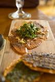 Europejska restauracja, Północny uwędzony łosoś, hiszpańszczyzny skwasza cress sałatki, marynujący wznoszący toast chleb fotografia stock