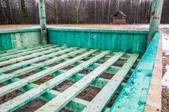 Europejski żubr i lasu gemowy nowy pusty żywieniowy stojak w Bialowieza, Polska, częsciowo śnieżny, zielony hayrack, chmurny zima obrazy royalty free