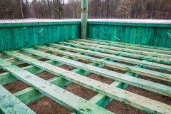 Europejski żubr i lasu gemowy nowy pusty żywieniowy stojak w Bialowieza, Polska, częsciowo śnieżny, zielony hayrack, chmurny zima obraz stock