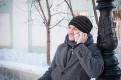 Europejski mężczyzna opowiada na telefonie Zdjęcie Royalty Free