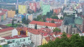 Europejski miasta timelapse, uliczni samochodów tramwaje, Gocki kościół barwi zdjęcie wideo