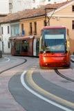 Europejski miastowy czerwień pociąg jedzie na miastowym poręczu w Włochy, dzień, Zdjęcia Royalty Free