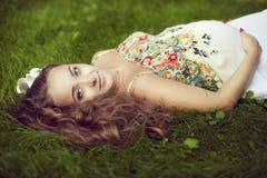 Europejski piękny kobieta w ciąży w kwieciści sundress w su Obrazy Stock