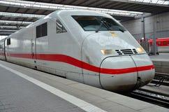 Europejski pociska pociąg przy stacją Zdjęcia Stock