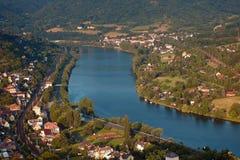 Europejski rzeczny Elbe w Dolni Zalezly i Sebuzi wioskach gdy przeglądać od Mlynaruv kamen punktu obserwacyjnego w czeskich środk Obraz Stock