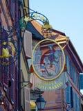 Europejski wioska hotelu znak z rycerzem na koniu Obraz Stock