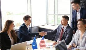 Europejski zjednoczenie i Amerykańscy lidery trząść ręki na dylowej zgodzie Obraz Royalty Free