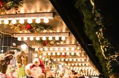 Europejskie boże narodzenie rynku szczegółu świateł stojaka dachu lampy Szelfowe Fotografia Stock