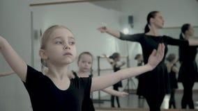 Europejskiego blondie mała balerina ubierał w czarnym leotard robi baletniczego ruchu z nauczycielem wszystko i innymi dziewczyna zbiory wideo