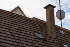 Europejskiej Pomarańczowej Dachowych płytek Kominowej anteny satelitarnej Mieszkaniowy Ro Obraz Royalty Free