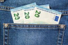 Europengarsedlar i ett fack av jeans stänger sig upp Arkivbilder