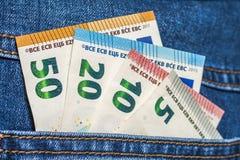 Europengarsedlar i ett fack av jeans stänger sig upp Arkivfoton