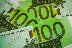 Europengarsedlar och kassa euro 100 royaltyfria foton