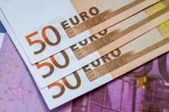 Europengarsedlar och kassa euro 50 och 500 royaltyfri fotografi