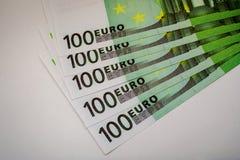 Europengarsedlar och kassa euro 100 royaltyfri foto