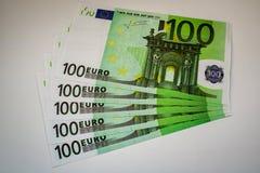 Europengarsedlar och kassa euro 100 arkivbilder