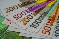 Europengarsedlar och kassa 50 100 200 euro 500 arkivfoton