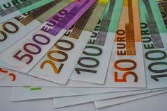 Europengarsedlar och kassa 50 100 200 euro 500 royaltyfri bild