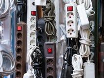 Europeo continentale strisce di potere di 220 volt e multi adattatori dell'incavo da vendere su un mercato locale serbo Immagine Stock