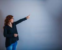 Europeo - la mirada de la mujer de 30 años es Imagenes de archivo