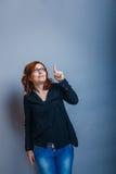 Europeo - la mirada de la mujer de 30 años es el señalar Fotos de archivo libres de regalías