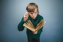 Europeo-mirada del muchacho de diez años en vidrios Imágenes de archivo libres de regalías