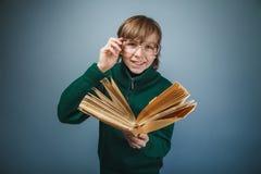 Europeo - mirada del muchacho de diez años en vidrios Imagenes de archivo