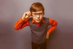 Europeo-mirada del muchacho de diez años en vidrios Fotos de archivo