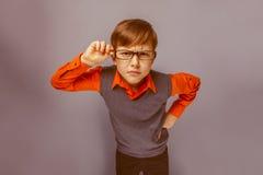 Europeo-mirada del muchacho de diez años en vidrios Imagen de archivo libre de regalías
