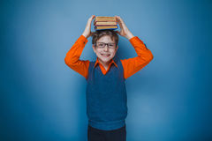 Europeo-mirada del muchacho de diez años en vidrios con Fotos de archivo