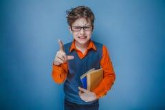 Europeo-mirada del muchacho de diez años en vidrios con Imagen de archivo