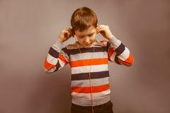 Europeo-mirada del muchacho de diez años que escucha Fotos de archivo libres de regalías