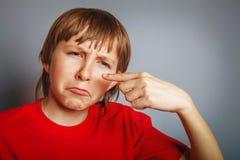 Europeo-mirando al muchacho de diez años de espinilla en Fotografía de archivo