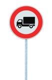 Europeo ninguna señal de peligro de los vehículos de las mercancías, primer vertical aislado detallado grande Fotos de archivo libres de regalías