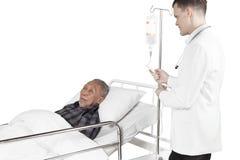 Europese arts het aanpassen infusie op studio Stock Fotografie