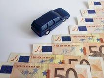 Europese bankbiljetten en cijfer van een auto in donkerblauw stock afbeeldingen