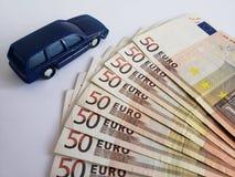 Europese bankbiljetten en cijfer van een auto in donkerblauw royalty-vrije stock afbeeldingen