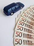 Europese bankbiljetten en cijfer van een auto in donkerblauw stock afbeelding