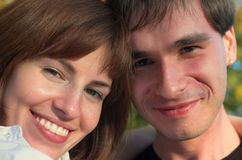 Europese familie die in het park glimlacht Stock Afbeeldingen